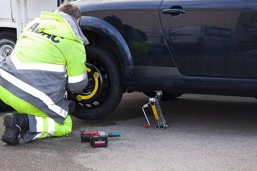Sie müssen nicht unbedingt auf einen Pannenhelfer warten, denn ein Reifenwechsel lässt sich auch alleine durchführen.