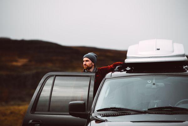 Dachträger anbringen - Mann neben Dachbox