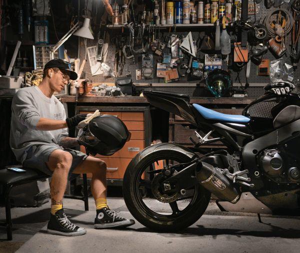 Gute Motorrad-Arbeiten während man nicht fährt - Visier reinigen