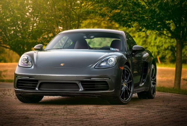 Reifen innen abgefahren - Stehender Porsche