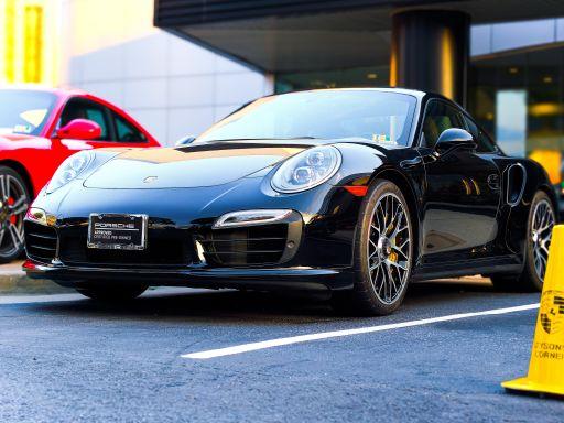 Autobatterie wechseln - Parkender Porsche