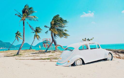 Ein Auto am Strand