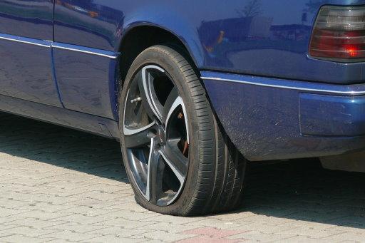 Wenn es nur der Reifen ist, kann man bestimmt mit dem eigenen Auto weiterfahren. Irgendwann.